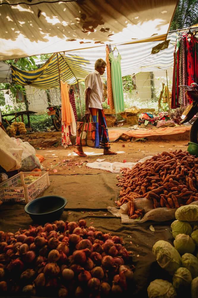 Sri Lankan market, man shopping. © Raissa Lara Lütolf (-Fasel)
