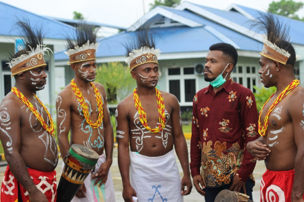 Co-existence of different modern human Societies, in West Papua, Indonesia © Dhafi Fimbay